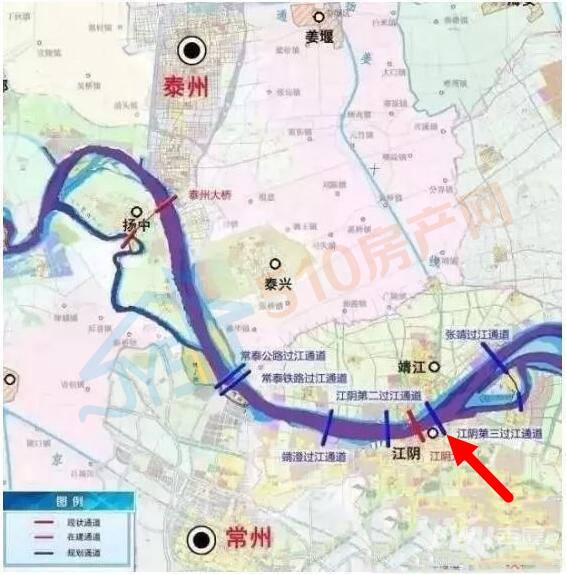 """盐泰锡常宜铁路长江大桥采用""""江阴第三通道""""位置,位于江阴大桥下游3400米,北岸位于泰州靖江市,南岸位于无锡江阴市,跨江大桥路线全长7公里,拟建设下层四线铁路、上层双向八车道公路的公铁两用长江大桥跨越长江。 据可靠消息江阴第三过江通道和盐泰锡常宜铁路同步建设,2019年6月开工,2025年6月建成(具体以官网文件为准) 设计方案 大桥全场约7公里(含引桥),桥型设计上层为双向8车道公路,下层为四线铁路的公铁两用大桥。 公路为一级公路,设计速度100公里/小时,双向八车道。"""